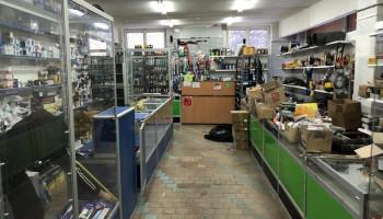 Оснащение магазина автозапчастей витринами и прилавками собственного производства